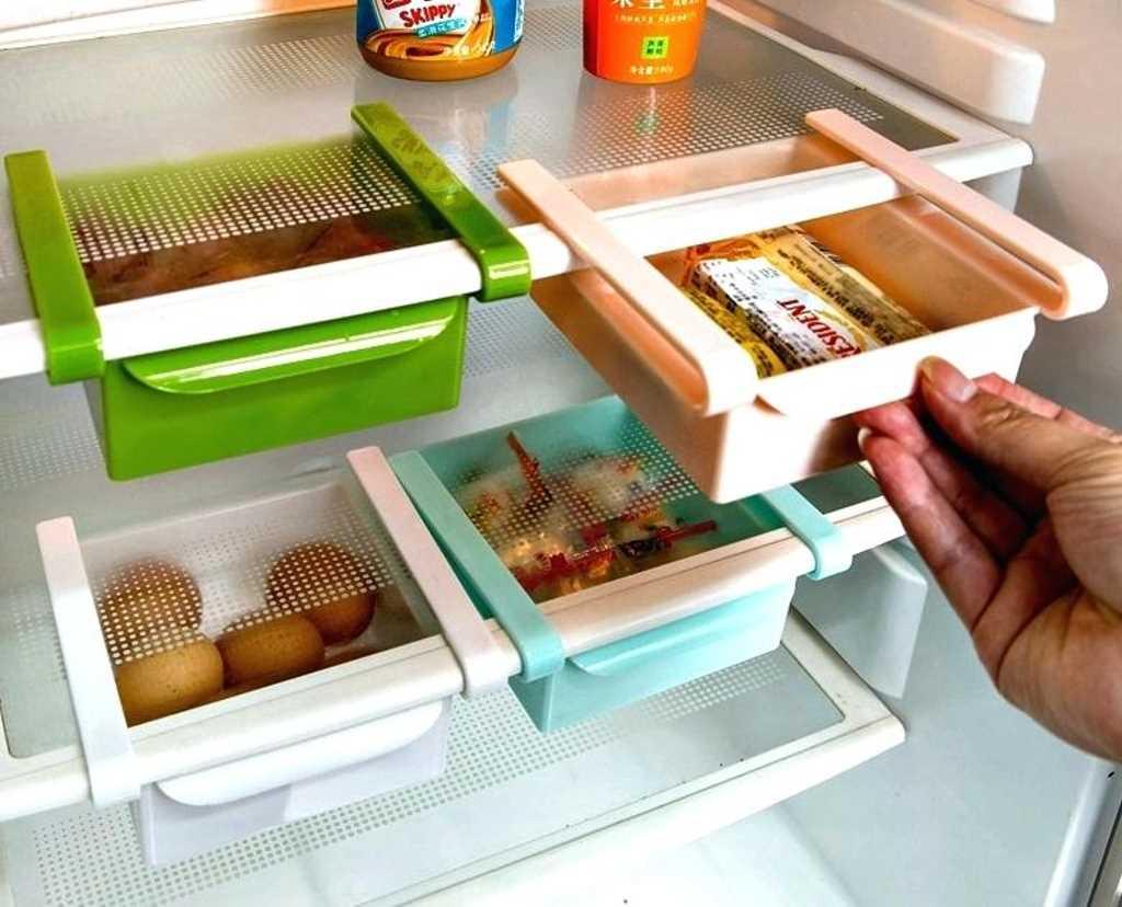 Duplique el espacio de almacenamiento con cajones debajo de las estanterias